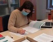 Op deze foto zie je beoordelaar Stefanie geconcentreerd aan het werk